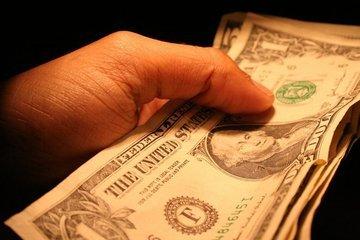Ruka s bankovkami