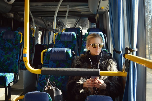 sama v autobuse