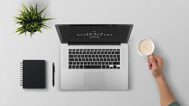 laptop u kávy.jpg