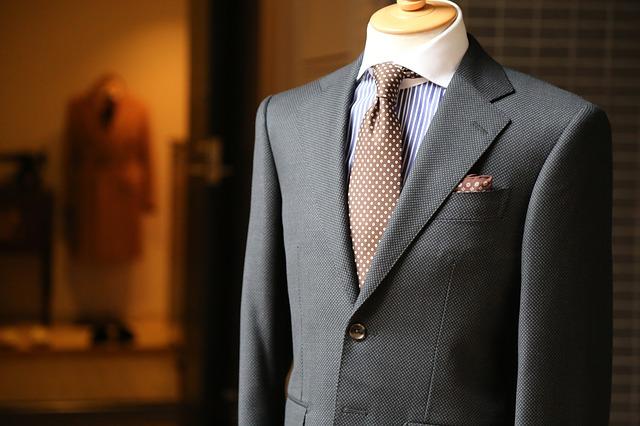 oblek na stojanu.jpg