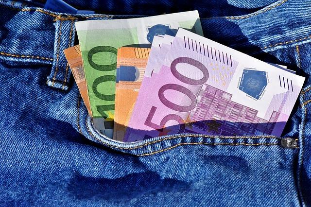 bankovky v džínách