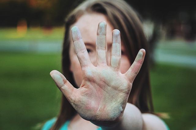 bílá ruka