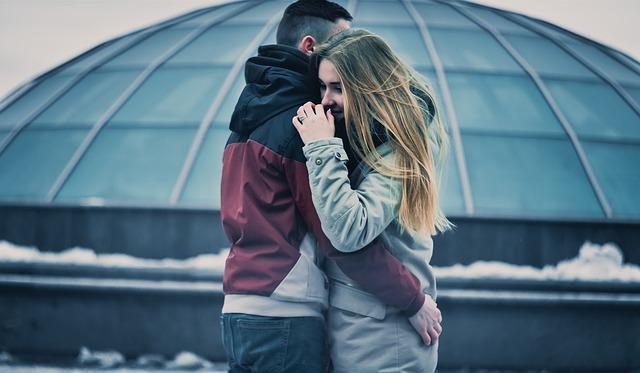 objímání zamilovaných