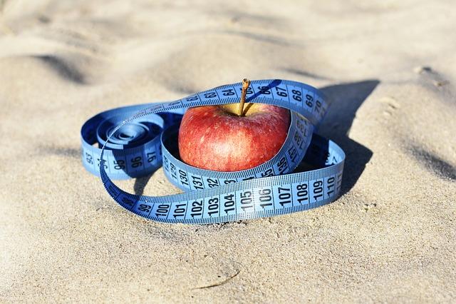 červené jablko s metrem