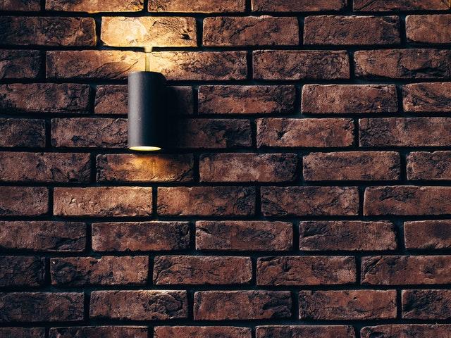 cihlová zeď, lampa